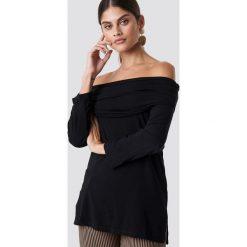 NA-KD Sweter z lekkiej dzianiny z odkrytymi ramionami - Black. Czarne swetry klasyczne damskie NA-KD, z dzianiny. Za 52,95 zł.