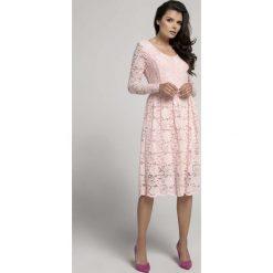 Jasnoróżowa Wizytowa Rozkloszowana Sukienka z Koronki. Czerwone sukienki balowe marki Molly.pl, l, w koronkowe wzory, z koronki, dekolt w kształcie v, dopasowane. W wyprzedaży za 139,41 zł.