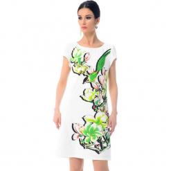 Sukienka w kolorze białym ze wzorem. Białe sukienki marki Ostatnie sztuki w niskich cenach, z okrągłym kołnierzem, midi. W wyprzedaży za 379,95 zł.