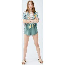 Koszulka w paski w trzech kolorach. Niebieskie t-shirty damskie marki Pull&Bear. Za 49,90 zł.