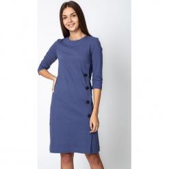 Niebieska sukienka z ozdobnymi guzikami QUIOSQUE. Niebieskie sukienki balowe marki QUIOSQUE, do pracy, z dzianiny, z dekoltem na plecach, proste. W wyprzedaży za 119,99 zł.