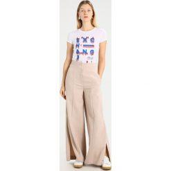 Armani Exchange Tshirt z nadrukiem white. Czarne t-shirty męskie z nadrukiem marki Armani Exchange, l, z materiału, z kapturem. Za 209,00 zł.