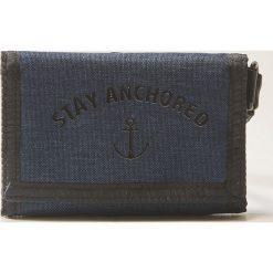 Portfele męskie: Materiałowy portfel z napisem – Granatowy