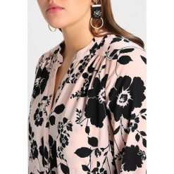 Bluzki asymetryczne: Dorothy Perkins Curve BUTTON FRONT Bluzka ivory base with mixed black disty and large spot