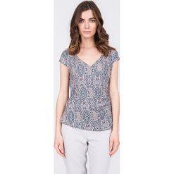 Bluzki damskie: Wzorzysta kopertowa bluzka QUIOSQUE