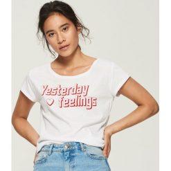 T-shirt z napisem - Biały. Białe t-shirty damskie Sinsay, l, z napisami. Za 12,99 zł.