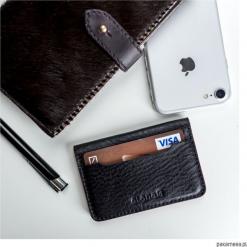 Skórzany mini portfel na karty płatnicze. Czerwone portfele damskie marki Pakamera. Za 90,00 zł.