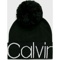 Calvin Klein - Czapka. Czarne czapki zimowe damskie Calvin Klein, na zimę, z dzianiny. Za 179,90 zł.