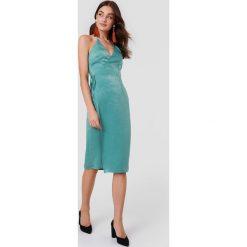 Rut&Circle Kopertowa sukienka Haley - Green. Zielone sukienki z falbanami marki Rut&Circle, z poliesteru, z kopertowym dekoltem, midi, kopertowe. W wyprzedaży za 80,98 zł.