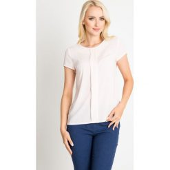 Pastelowa różowa bluzka w delikatne groszki QUIOSQUE. Czerwone bluzki dziewczęce z krótkim rękawem QUIOSQUE, w grochy, z tkaniny, z kopertowym dekoltem. W wyprzedaży za 39,99 zł.