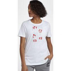 Koszulki Nike Wmns NSW Kiss My Airs 2 (AJ1319-100). Szare t-shirty damskie Nike, z bawełny. Za 59,99 zł.
