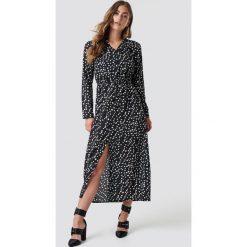 Rut&Circle Długa sukienka w kropki - Black. Czarne długie sukienki Rut&Circle, w kropki, dekolt w kształcie v, z długim rękawem. Za 202,95 zł.
