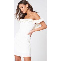 Sukienki hiszpanki: Lioness Sukienka z falbaną Pendevous – White