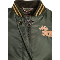 Scotch R'Belle LONGER LENGTH WITH BACK EMBROIDERY Kurtka Bomber army. Czerwone kurtki chłopięce marki Pepe Jeans, z bawełny, krótkie, z kapturem. W wyprzedaży za 367,20 zł.