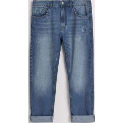 Jeansy regular fit z recyclingu - Niebieski. Niebieskie jeansy męskie regular marki Reserved. W wyprzedaży za 69,99 zł.