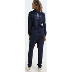 Adidas Originals FIREBIRD Kurtka sportowa legink/wonder pink. Szare kurtki sportowe damskie marki adidas Originals, na co dzień, z nadrukiem, z bawełny, casualowe, z okrągłym kołnierzem, proste. W wyprzedaży za 239,20 zł.