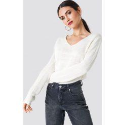 Rut&Circle Sweter dzianinowy z dekoltem V Ninni - White. Białe swetry klasyczne damskie Rut&Circle, z dzianiny. Za 80,95 zł.