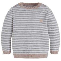 Sweter w kolorze szaro-białym. Białe swetry chłopięce marki Mayoral, w paski, z okrągłym kołnierzem. W wyprzedaży za 69,95 zł.