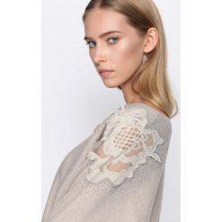 Khaki Sweter Sunday Moon. Brązowe swetry klasyczne damskie Born2be, l, z dekoltem w łódkę. Za 79,99 zł.