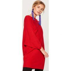 Luźny sweter z prostym dekoltem - Czerwony. Czerwone swetry klasyczne damskie marki Mohito, l. Za 129,99 zł.