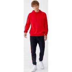 Bluza z kapturem i lampasami. Czerwone bluzy męskie rozpinane Pull&Bear, m, z kapturem. Za 79,90 zł.