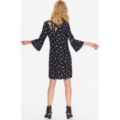 Sukienki: SUKIENKA DAMSKA W KWIATOWY NADRUK, Z ROZKLOSZOWANYMI RĘKAWAMI I WIĄZANIEM NA PLECACH