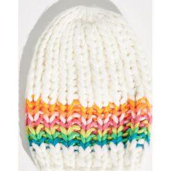 Czapka o grubym splocie - Kremowy. Białe czapki zimowe damskie marki Sinsay, ze splotem. Za 24,99 zł.