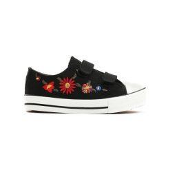 Czarne Trampki Flowerette. Czarne trampki chłopięce marki Born2be, z materiału, młodzieżowe, z okrągłym noskiem, na sznurówki. Za 24,99 zł.