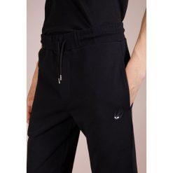 McQ Alexander McQueen SWEATPANTS Spodnie treningowe black. Czarne spodnie dresowe męskie McQ Alexander McQueen, z bawełny. Za 879,00 zł.