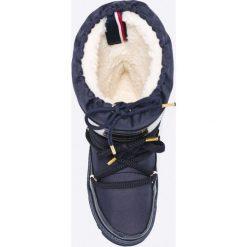 Tommy Hilfiger - Śniegowce Wanda. Szare buty zimowe damskie TOMMY HILFIGER, z materiału, z okrągłym noskiem, na obcasie. W wyprzedaży za 359,90 zł.