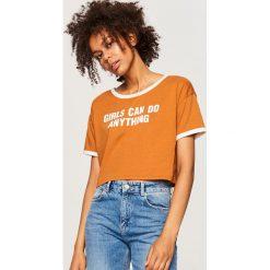 Krótki t-shirt z nadrukiem - Brązowy. Brązowe t-shirty damskie marki Reserved, l, z nadrukiem. W wyprzedaży za 19,99 zł.