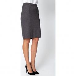 Czarna ołówkowa spódnica w mikrowzór QUIOSQUE. Czarne spódnice wieczorowe marki QUIOSQUE, z dzianiny, koszulowe. Za 139,99 zł.