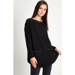 Czarny sweter z kieszeniami na przodzie QUIOSQUE. Czarne swetry klasyczne damskie QUIOSQUE, z jeansu, z dekoltem na plecach. Za 159,99 zł.