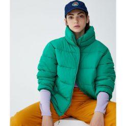 Pikowana kurtka z wysokim kołnierzem. Zielone kurtki damskie pikowane marki Pull&Bear. Za 139,00 zł.