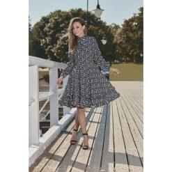 Wyjątkowa sukienka z efektownym wykończeniem kropki VERA. Niebieskie długie sukienki marki numoco, na imprezę, s, w kwiaty, z jeansu, sportowe, sportowe. Za 249,90 zł.