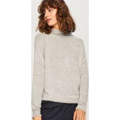 Sweter z szeroką stójką - Jasny szar. Białe swetry klasyczne damskie marki Reserved, l, z dzianiny. Za 59,99 zł.