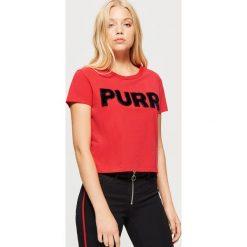 Koszulka z napisem - Czerwony. Czerwone t-shirty damskie marki Cropp, l, z napisami. Za 39,99 zł.