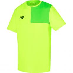 Koszulka New Balance MT710002TOX. Żółte koszulki do piłki nożnej męskie marki New Balance, m, z jersey, z podwójnym kołnierzykiem. Za 69,99 zł.