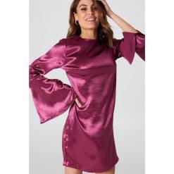 Sukienki: NA-KD Party Metaliczna sukienka mini z marszczonym rękawem – Pink,Purple