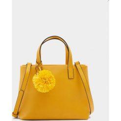 Shopper bag damskie: Mała torebka shopper z pomponem