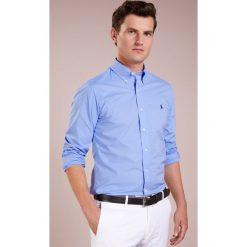 Polo Ralph Lauren SLIM FIT Koszula periwinkle blue. Szare koszule męskie slim marki Polo Ralph Lauren, l, z bawełny, button down, z długim rękawem. Za 509,00 zł.