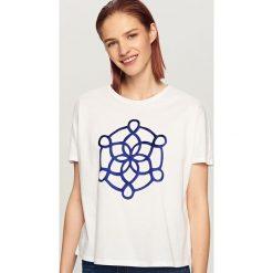 T-shirt z ozdobnym dekoltem - Biały. Białe t-shirty damskie marki Reserved, l. W wyprzedaży za 19,99 zł.