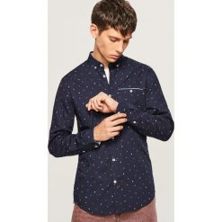 Koszula slim fit w drobny wzór - Czerwony. Czerwone koszule męskie slim marki Cropp, l. Za 89,99 zł.