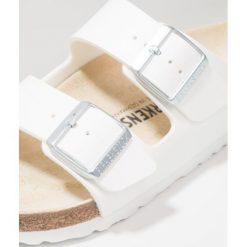 Birkenstock ARIZONA Kapcie white. Białe kapcie męskie Birkenstock, z materiału. W wyprzedaży za 224,25 zł.