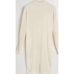 Dzianinowa sukienka z golfem - Kremowy. Białe sukienki dzianinowe marki Reserved, l, z golfem. Za 119,99 zł.