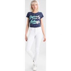 Jeansy damskie: Vero Moda VMSEVEN SHAPE UP  Jeansy Slim Fit bright white