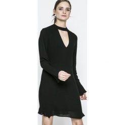 Pepe Jeans - Sukienka Megan. Sukienki małe czarne marki Pepe Jeans, na co dzień, l, z jeansu, casualowe, rozkloszowane. W wyprzedaży za 219,90 zł.