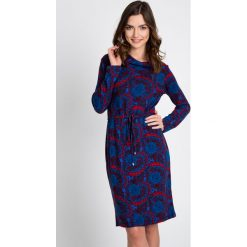 Niebieska sukienka z czerwonym wzorem QUIOSQUE. Czerwone sukienki dzianinowe marki QUIOSQUE, na jesień, z golfem, z długim rękawem. W wyprzedaży za 79,99 zł.