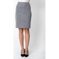 Szara melanżowa ołówkowa spódnica QUIOSQUE. Szare spódnice wieczorowe marki QUIOSQUE, na co dzień, s, w koronkowe wzory, z dzianiny, z klasycznym kołnierzykiem, ołówkowe. Za 139,99 zł.
