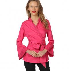 Koszula w kolorze różowym. Czerwone koszule wiązane damskie marki Almatrichi, ze stójką. W wyprzedaży za 119,95 zł.